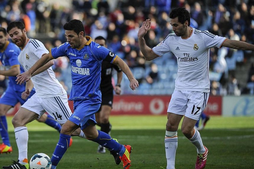 Real Madrid defender Alvaro Arbeloa (right) looks set to miss his side's crucial La Liga clash with Barcelona on March 23, 2014, owing to a cracked right kneecap. -- FILE PHOTO: AFP