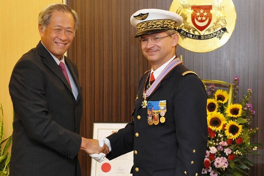 "French air force chief Denis Mercier received the Meritorious Service Medal (Military) from Defence Minister Ng Eng Hen for helping to forge  ""excellent defence ties"" between the French and Singapore air forces. -- PHOTO: MINDEF"