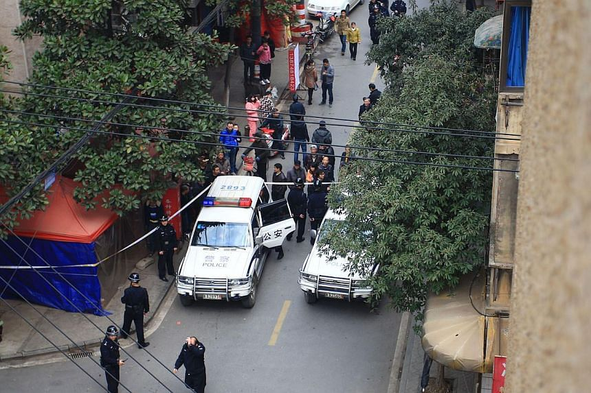 Police inspect the crime scene where attackers armed with knives killed at least one in Changsha, central China's Hunan province, on March 14, 2014.Barely two weeks after a brutal knife attack left dozens dead in south-western Kunming city, ano