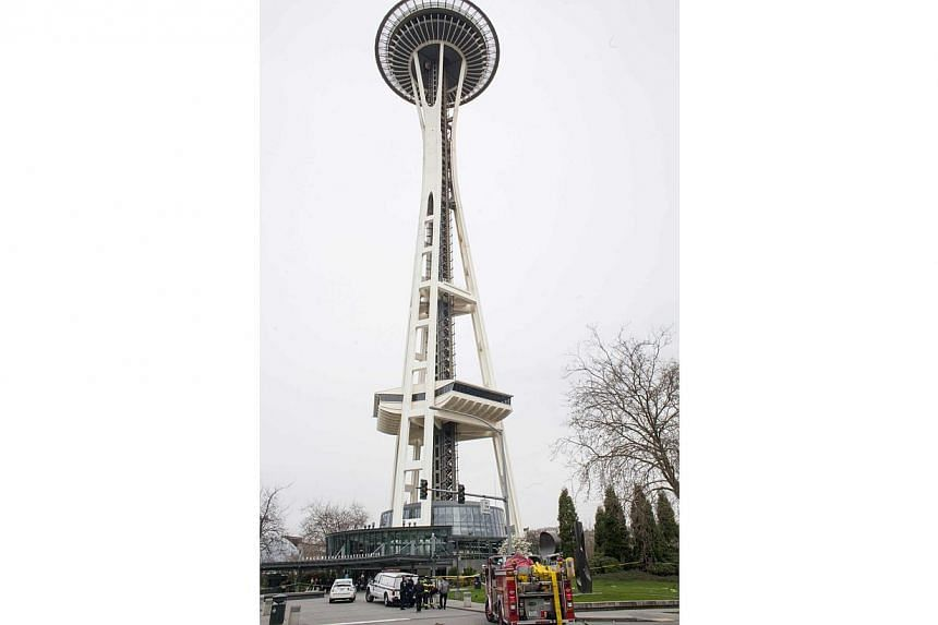 Authorities remove a body from the wreckage of a Komo News helicopter crash near the Space Needle in Seattle, Washington, on March 18, 2014. -- PHOTO: REUTERS