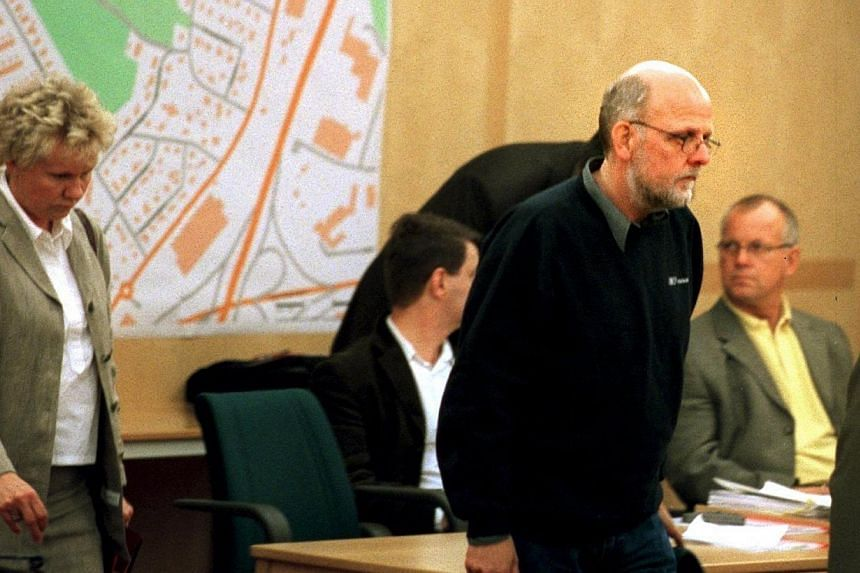 A picture taken on May 16, 2001 shows Sweden's convicted serial killer Thomas Quick (second left) (aka Sture Bergwall) arriving at the court of appeal in Stockholm. A Swedish man long considered Scandinavia's most notorious serial killer w