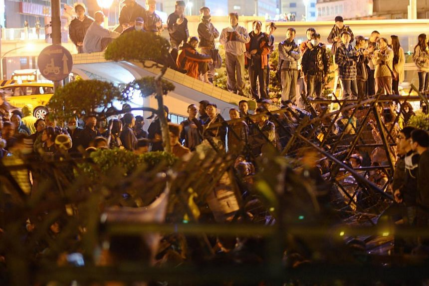 Protesters and riot police are involved in a standoff after students stormed the Executive Yuan building during a protest in Taipei on March 23, 2014. -- PHOTO:AFP