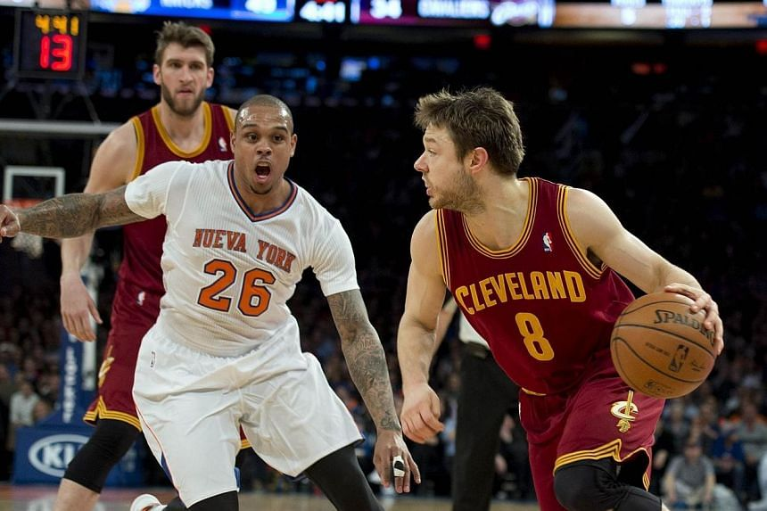 Cleveland Cavaliers Matthew Dellavedova (right) drives on New York Knicks Shannon Brown during their NBA game March 23, 2014, at Madison Square Garden in New York. -- PHOTO: AFP