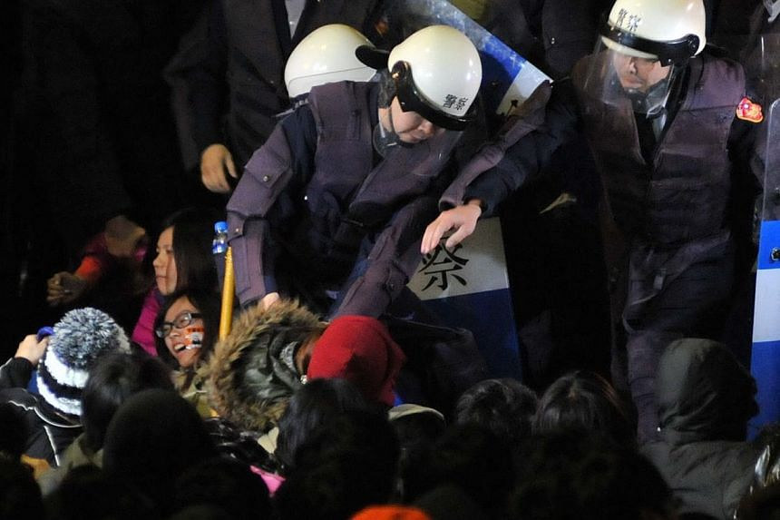 Police officers remove student protesters from the ground at the Executive Yuan in Taipei early on March 24, 2014, during a protest following Taiwan President Ma Ying-jeou's refusal to scrap a contentious trade agreement with China. -- PHOTO: AFP&nbs