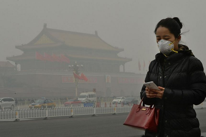 Chinese citizens are feverishly snapping up face masks as worsening air pollution fuels a multi-million dollar industry where many products fail to provide even basic protection, drawing calls for better oversight and standards. -- PHOTO: REUTERS