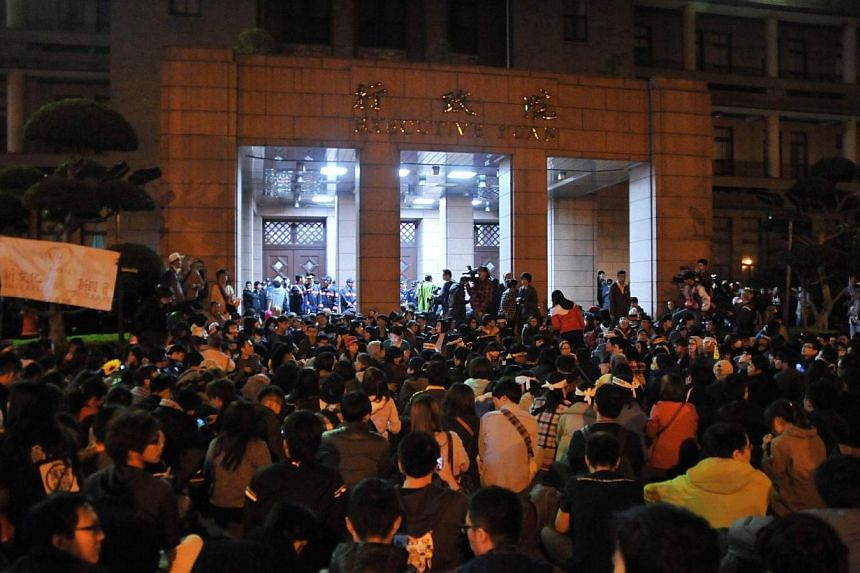 This picture taken on March 23, 2014, shows demonstrators gathering outside the Executive Yuan building in Taipei, 2014, following Taiwan President Ma Ying-jeou's refusal to scrap a contentious trade agreement with China.Taiwanese President Ma