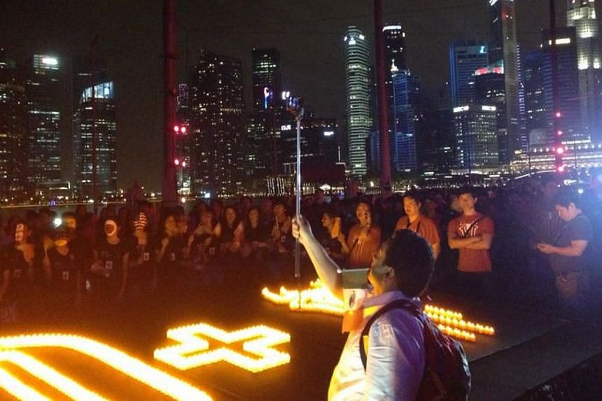 The lights went out across the Marina Bay skyline on Saturday evening, allowing Singapore to see the stars.. of more kinds than one.-- ST PHOTO: NEO XIAOBIN