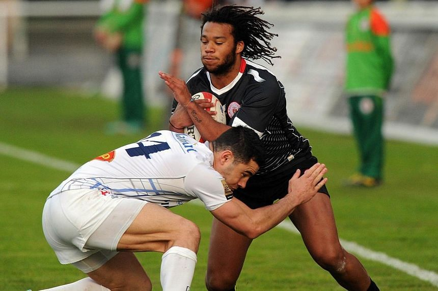 Castres' French fullback Geoffrey Palis (left) tackles Biarritz's French winger Teddy Thomas (right) during the French Top 14 rugby Union match between Biarritz and Castres on March 29, 2014 at the Aguilera Stadium in Biarritz,southwestern France.&nb