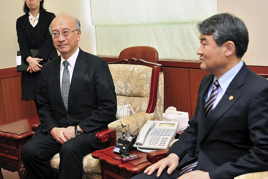 South Korea's Vice Foreign Minister Cho Tae-Yong (R) meets with Japanese Ambassador to South Korea, Koro Bessho (2nd L), at the foreign ministry in Seoul on April 4, 2014. South Korea summoned the Japanese ambassador over what it saw as a fresh move