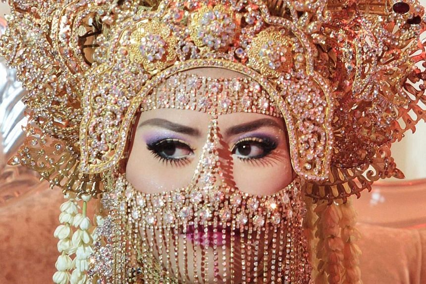 A close-up of the elaborate headgear worn by the bride.-- ST PHOTO: NEO XIAOBIN