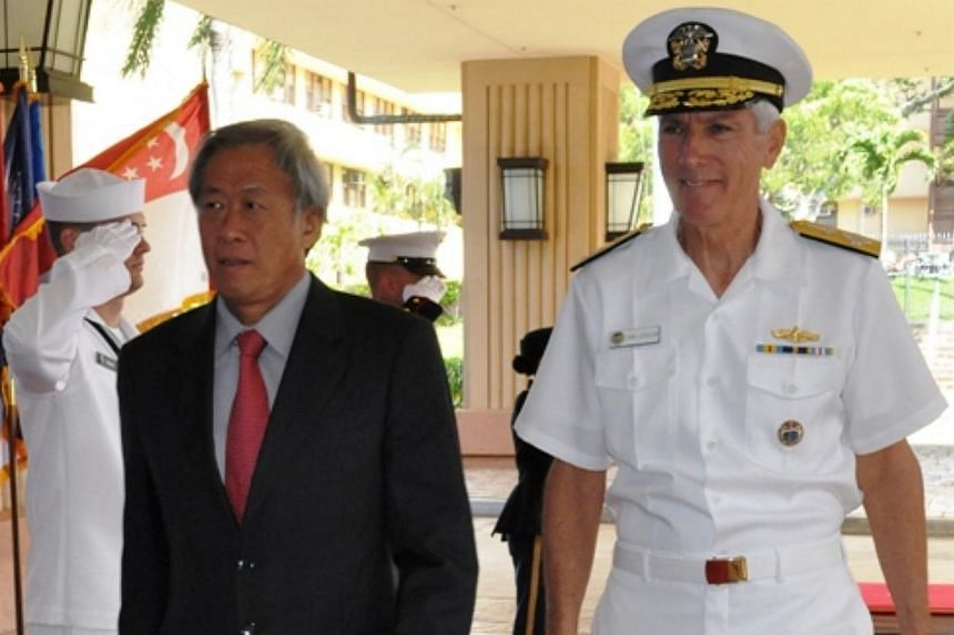 Defence Minister Ng Eng Hen (left) and Commander of the United States Pacific Command, Admiral Samuel Locklear, at a ceremony held at the United States Pacific Command headquarters in Hawaii. -- PHOTO: MINISTRY OF DEFENCE