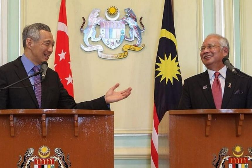 Singapore Prime Minister Lee Hsien Loong and his Malaysian counterpart Najib Razak wrap up the Malaysia-Singapore leaders' retreat after a press conference in Putrajaya on April 7, 2014. -- PHOTO: ZAOBAO