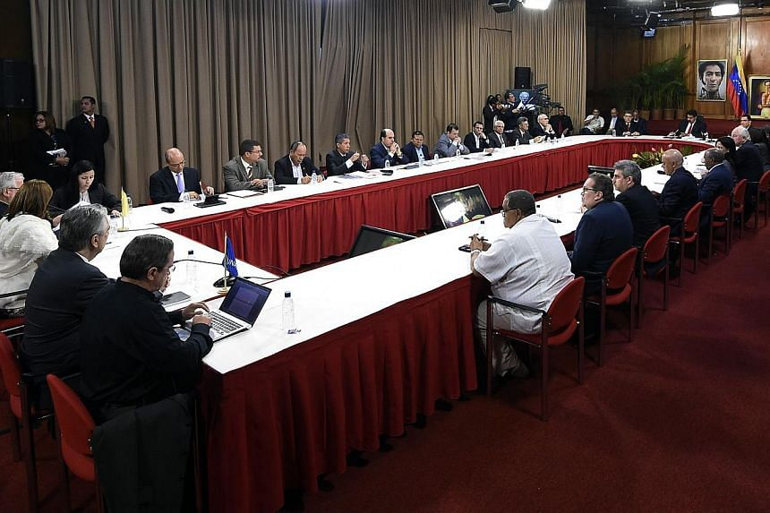 A meeting of Venezuelan President Nicolas Maduro (3rd right), with Venezuelan opposition leaders and Latin American Foreign Affairs Ministers at the Miraflores presidential palace in Caracas on April 10, 2014. -- PHOTO: AFP