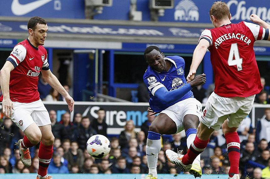 Everton's Romelu Lukaku (centre) shoots to score against Arsenal during their English Premier League soccer match at Goodison Park in Liverpool, northern England, on April 6, 2014. -- FILE PHOTO: REUTERS