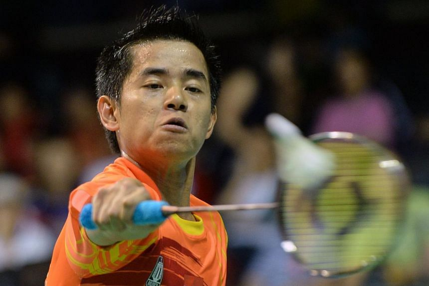 Simon Santoso of Indonesia returns a shot against Du Pengyu of China during the OUE Singapore Open semi-final on Saturday, April 12, 2014. Santoso will play world No. 1 Lee Chong Wei in the final on Sunday. -- PHOTO: AFP
