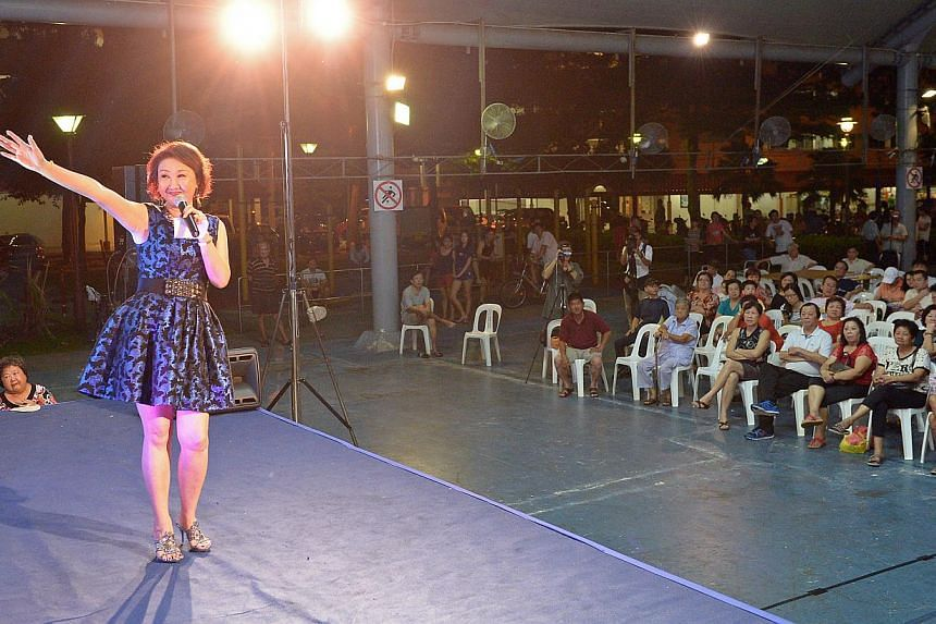 Getai singer Lin Ru Ping hosting the show which aimed to explain the details of the Pioneer Generation Package using English, Mandarin and Chinese dialects. The event, which attracted about 1,200 people, was fully funded by donations from three indiv