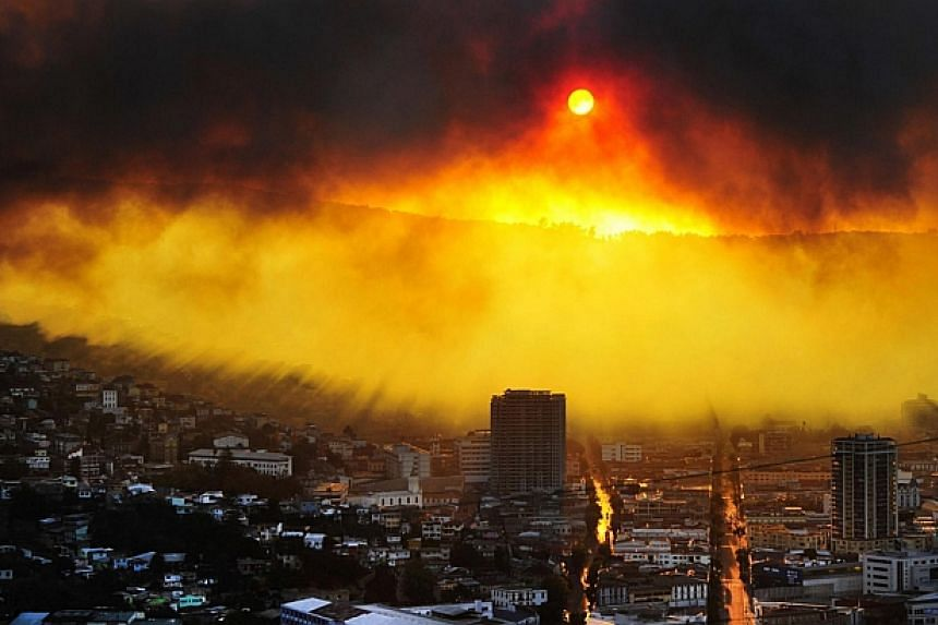 A general view shows a fire in Valparaiso, 110km west of Santiago, Chile on April 12, 2014. -- PHOTO: AFP
