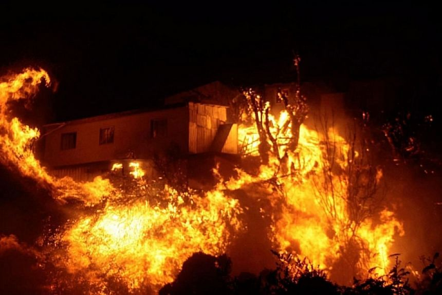 View of burning houses during a fire in Valparaiso, 110km west of Santiago, Chile on April 12, 2014. -- PHOTO: AFP