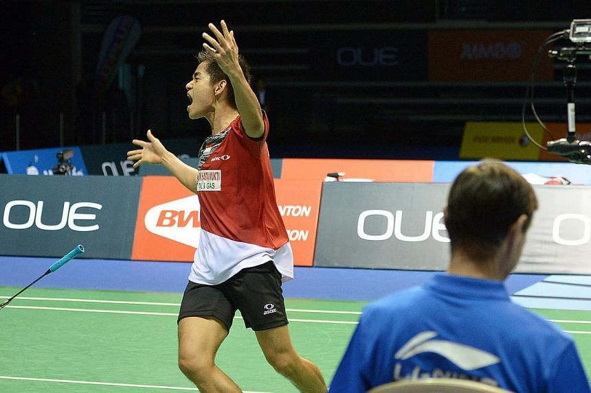 Indonesia's Simon Santoso celebrate after winning the Final of the OUE Singapore Open, where he emerge winner against Lee Chong Wei in the Men's singles final. -- ST PHOTO: DESMOND WEE