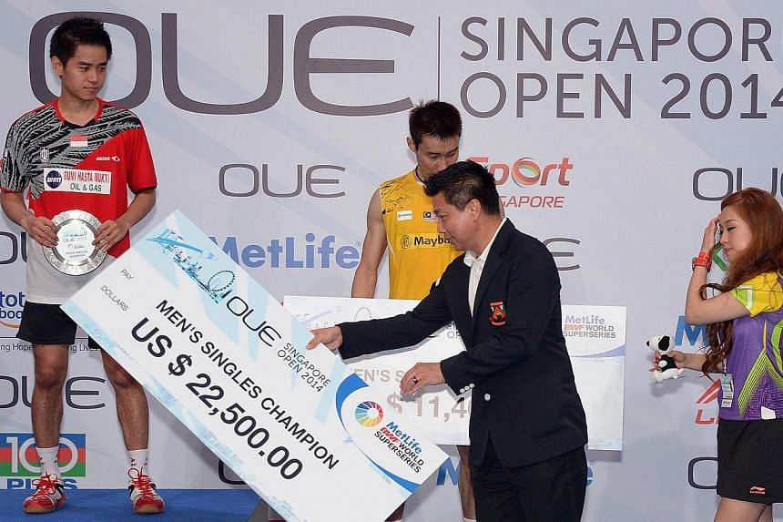 Final of the OUE Singapore Open, where Indonesia's Simon Santoso emerge winner against Lee Chong Wei in the Men's singles final. -- ST PHOTO: DESMOND WEE