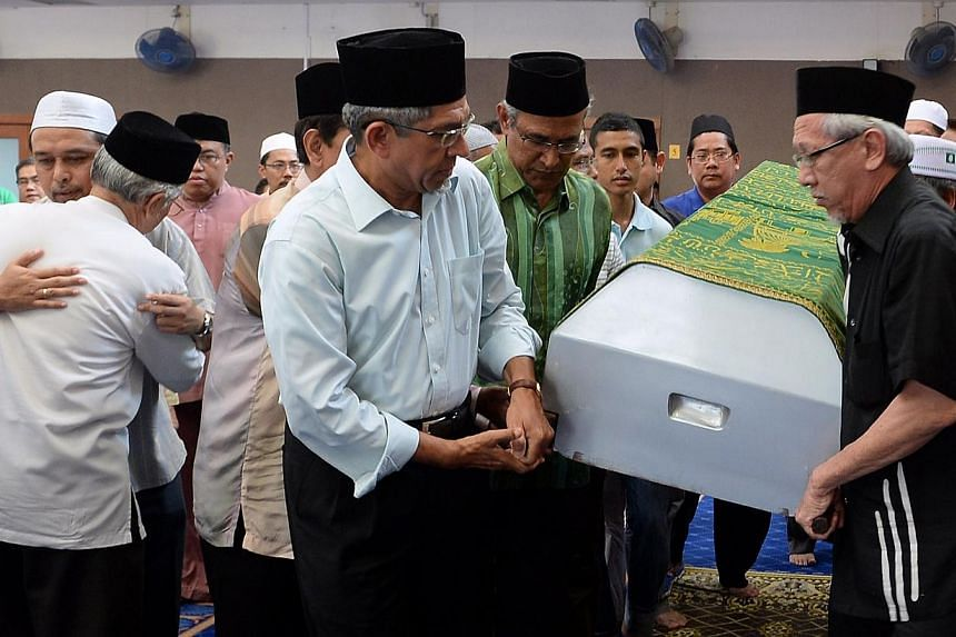 Dr Yacoob Ibrahim (front), the Minister for Communications and Information and Minister-in-charge of Muslim Affairs, at the funeral of Abdul Ghani Abdul Hamid on Sunday. -- BERITA HARIAN PHOTO: MOHD TAUFIK A KADER