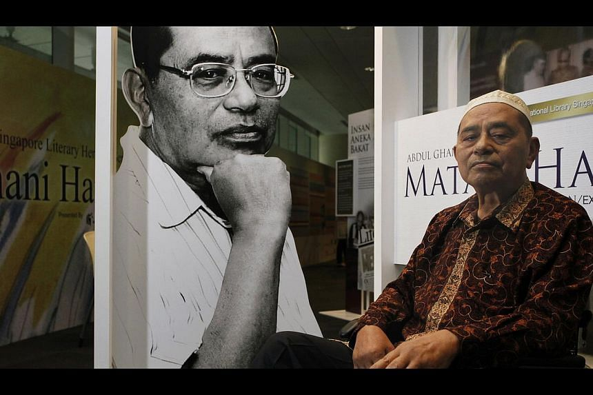 Abdul Ghani Abdul Hamid at an exhibition of his works at the National Library building in 2011. -- PHOTO: ST FILE