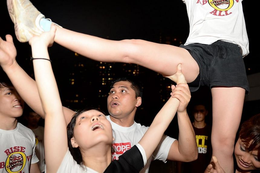 Mr Andrasahrol Mamat (third from left), formerly a member of Ngee Ann Polytechnic's Magnum Force, coaching independent cheerleading team Legacy All-Stars. -- ST FILE PHOTO: AZIZ HUSSIN