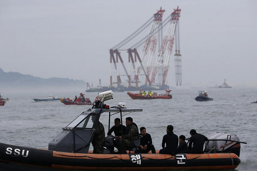 Members from the South Korean Navy's Ship Salvage Unit in the sea off Jindo on April 18, 2014. South Korean divers saw on Saturday three bodies inside the hull of the Sewol ferry that capsized three days ago. -- PHOTO: REUTERS