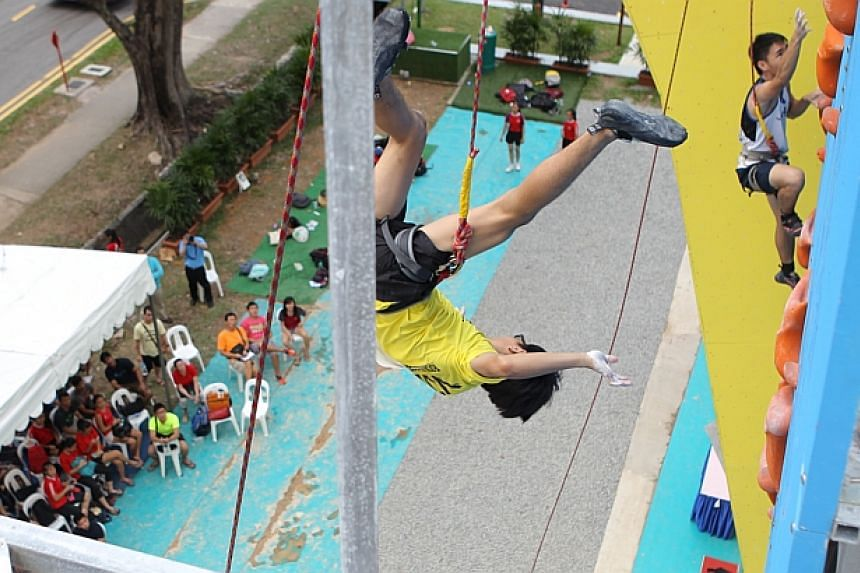 Jonathan Chew of VJC falls upside down after tapping for the finish. -- ST PHOTO: ONG WEE JIN