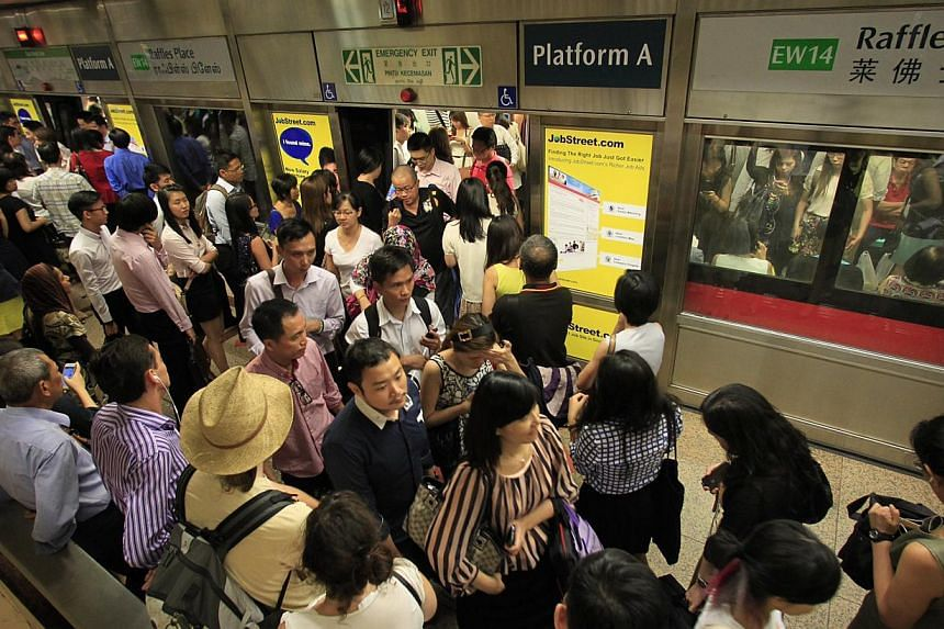Commuters during the peak hour period at Raffles Place MRT station on Oct 7, 2013. -- ST PHOTO:KEVIN LIM