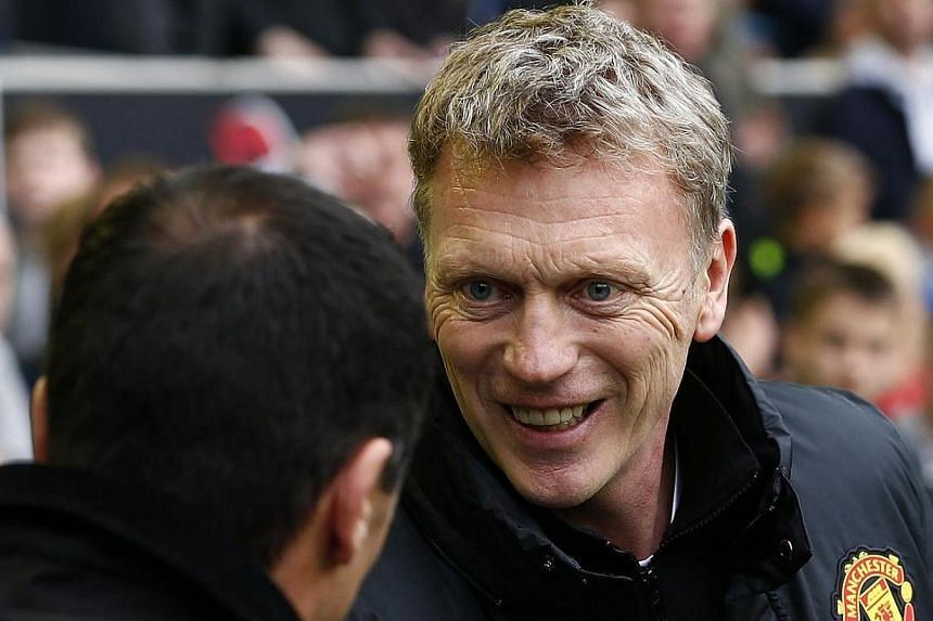 Everton manager Roberto Martínez (left) shakes hands with Manchester United manager David Moyes before their English Premier League soccer match at Goodison Park in Liverpool, northern England on April 20, 2014. -- PHOTO: REUTERS