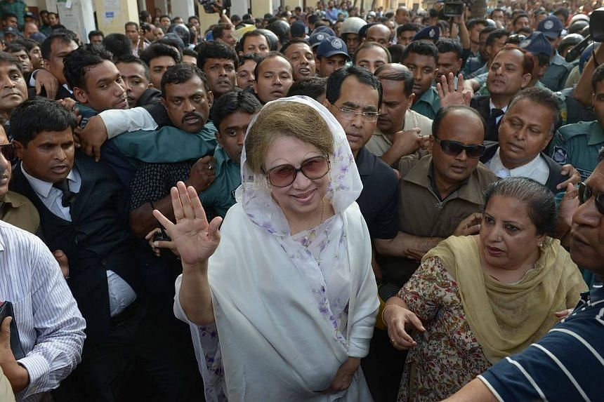 Former Bangladeshi prime minister and Bangladesh Nationalist Party (BNP) leader Khaleda Zia (Center) arrives for a court appearance in Dhaka on March 19, 2014.A Bangladesh court ruled Wednesday opposition leader Khaleda Zia should stand trial f