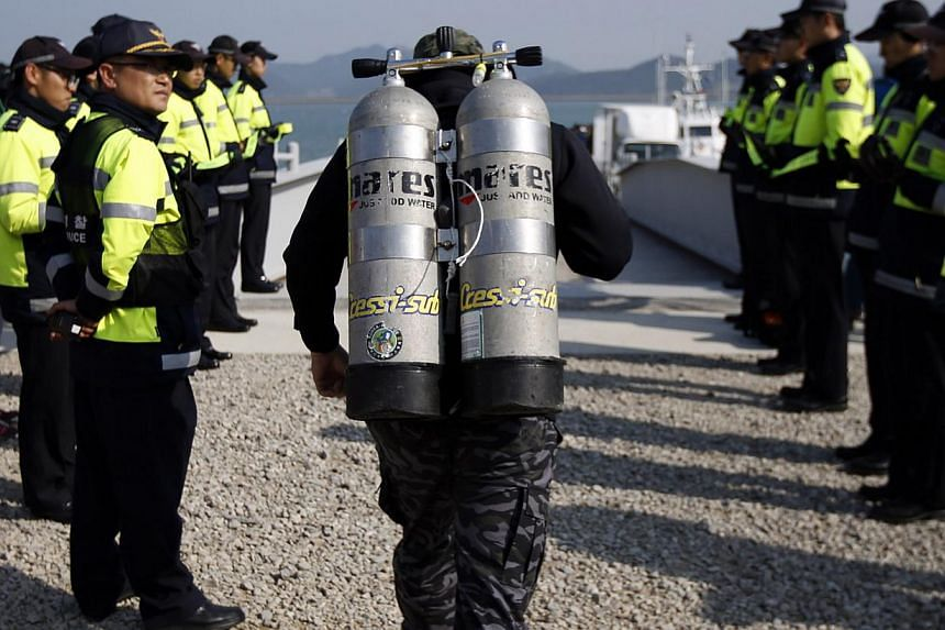 A South Korean diver preparing to join a search and rescue operation for capsized passenger ship Sewol which sank in the sea off Jindo on April 21, 2014. -- FILE PHOTO: REUTERS