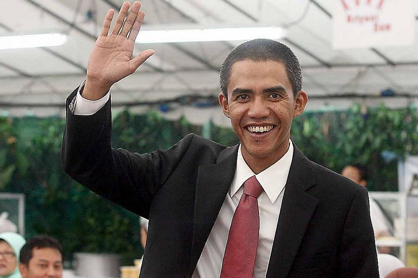 """Indonesian """"Obama"""" Ilham Anas waves to the audience during a fund-raising event at the Muhammadiyah Welfare Home on 30 March 2009.-- BH FILE PHOTO:MOHD TAUFIK A KADER"""