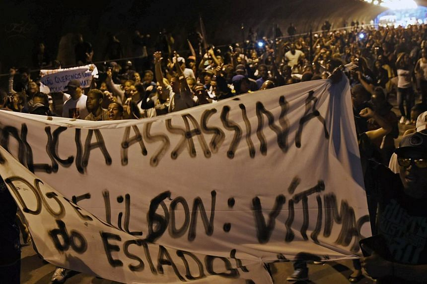 Relatives and friends of Douglas Rafael da Silva Pereira (27), who was killed two days ago by the police, demonstrate inside the tunel between Botafogo and Copacabana in Rio de Janeiro, before his funeral on April 24, 2014. Brazilian police fired tea