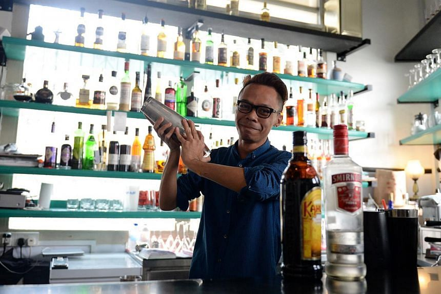 A mixlogist mixes a cocktail at Suprette Restaurant in Jalan Besar.-- ST PHOTO:AZIZ HUSSIN
