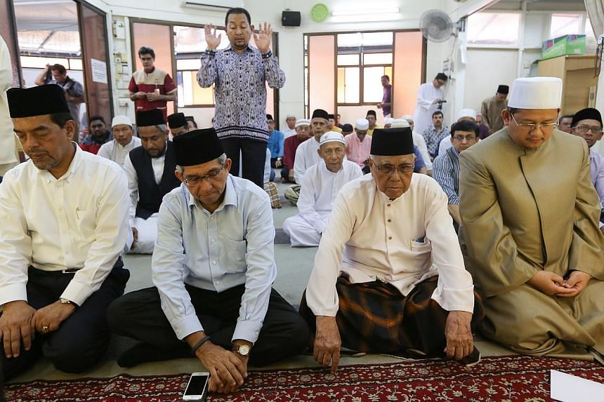 (From left) Muis chief executive Haji Abdul Razak Maricar, Minister for Communications and Information and Minister-in-charge of Muslim Affairs Yaacob Ibrahim, mosque chairman Haji Shamsudin Sadan, and Mufti of Singapore Mohamed Fatris Bakaram. -- ST