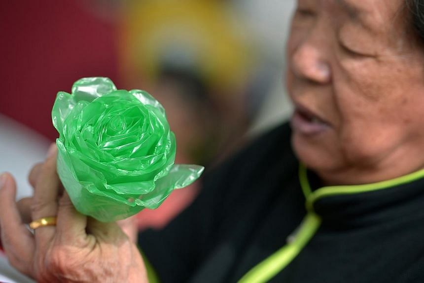"""Mdm Huo Feng Lan, 80, from Jurong Green CC making a """"We love SG flowers"""" from recycled plastic bags at Teck Ghee Community Club on April 27, 2014. -- ST PHOTO: KUA CHEE SIONG"""