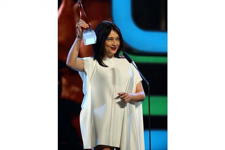 Chen Liping receiving the Best Actress award. -- TNP PHOTO: GAVIN FOO