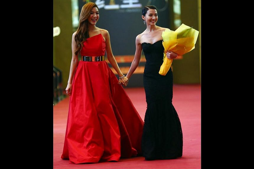 Rui En (left) channelled old-world glamour in this dramatic Romona Keveza gown and effortless curls, while the sweetheart neckline onJeanette Aw'sDolce and Gabbana gown was a great start and the mermaid hemline a perfect finish.-- T