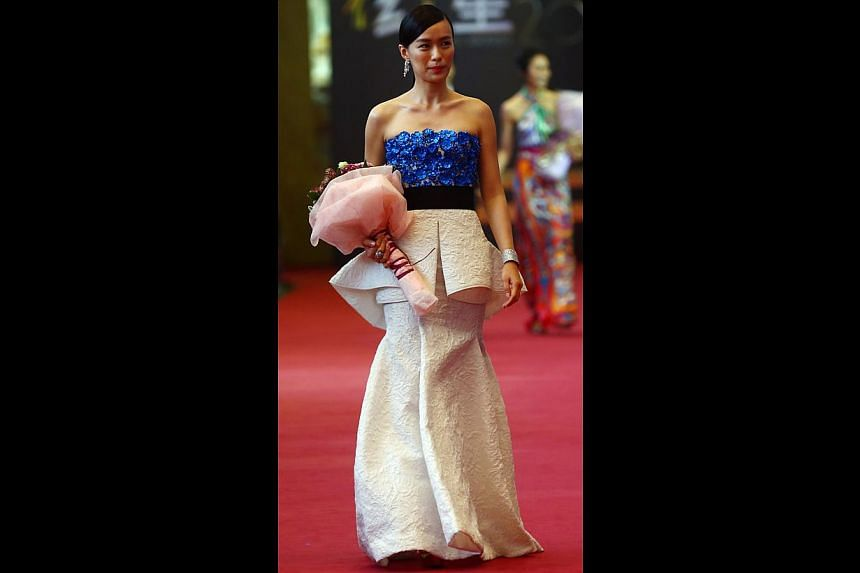 Rebecca Lim wowed viewers with her acting chops (and took home the award for Best Supporting Actress on Sunday) and she also stunned them with her amazing style. This peplum detail on this Giambattista Valli gown accentuated her figure.-- TNP P