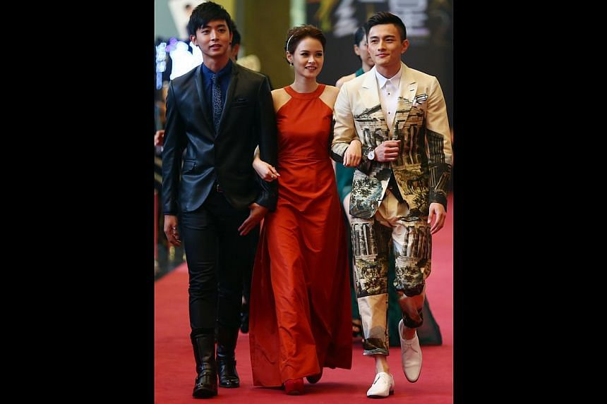Which HDB heartland auntie helped to dress Jayley Woo (centre, withAloysius Pang and Shane Pow)? This Raoul gown looked a little too mature and conservative for the 22-year-old actress.-- TNP PHOTO: GAVIN FOO
