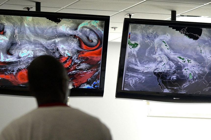 Severe-weather forecasters keep track of the latest radar models at the National Weather Center in Norman, Oklahoma, on April 25, 2014. -- FILE PHOTO: REUTERS