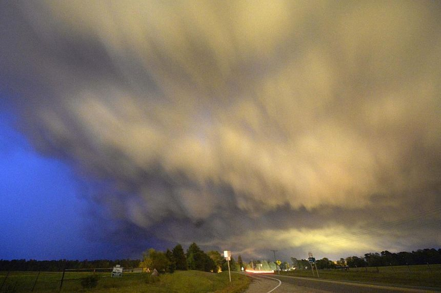 A low-level thunderstorm supercell passes over the area of Hampton, Arkansas late on April 24, 2014. -- FILE PHOTO: REUTERS