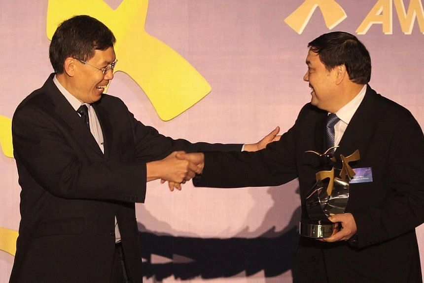 China Eastern Airlines vice-president Mr Tian Liuwen (right) receives the Partner of the Year award on behalf of China Eastern Airlines from Minister for Transport Lui Tuck Yew (left) during the Changi Airline Awards 2014 held at the Pan Pacific Hote