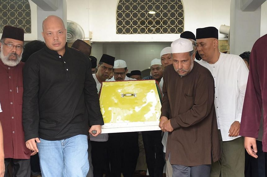 Family members carrying the body of veteran singer Kartina Dahari after prayers at Ba'alwi Mosque. More than  100 family members, friends and fans of Malay music doyenne Kartina Dahari attended a prayer session held at the Ba'alwie Mosque i