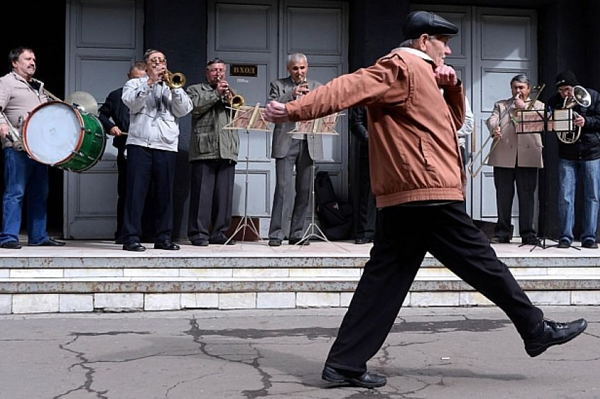 People celebrate May Day in the eastern Ukrainian city of Slavyansk on May 1, 2014. -- PHOTO: AFP