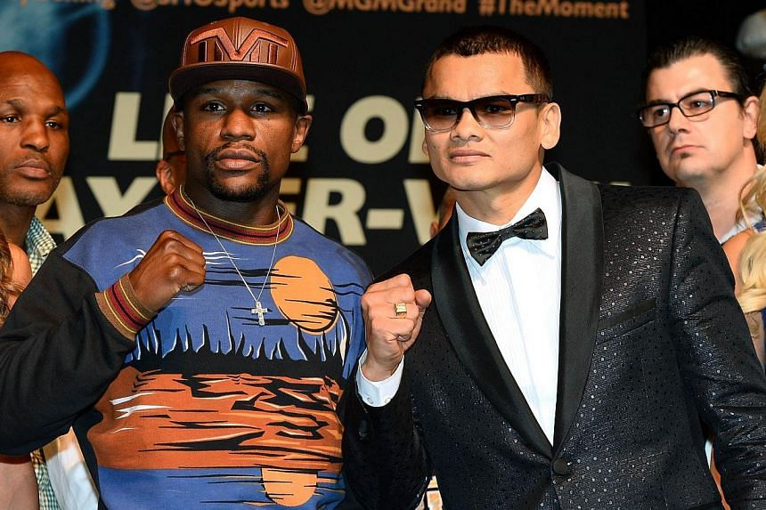 Floyd Mayweather Jr (left) and Marcos Maidana at a news conference at the MGM Grand Hotel on April 30, 2014 in Las Vegas, Nevada. -- PHOTO: AFP