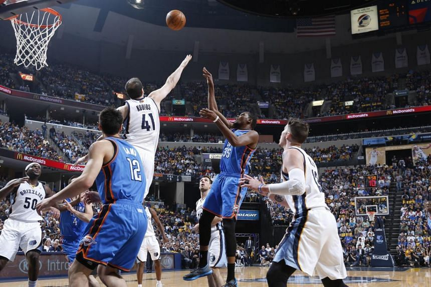 Kevin Durant (No. 35) of the Oklahoma City Thunder shoots against the Memphis Grizzlies during Game Six of the Western Conference quarter-finals of the 2014 NBA Play-offs, on May 1, 2014, at FedEx Forum in Memphis, Tennessee. -- PHOTO: AFP