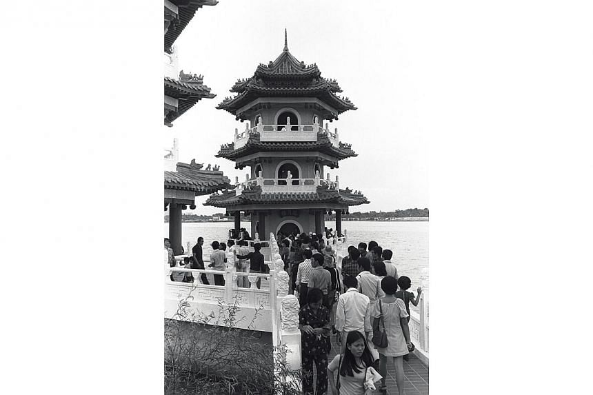 1975. Chinese Garden. -- ST FILE PHOTO: FRANCIS ONG PUAY GUAN